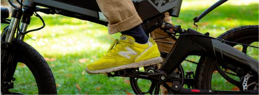 Ebike y zapatillas amarillas